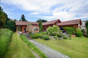 ecully-location-la-grande-villa-en-bois-jardin-a