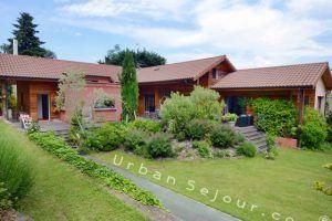 ecully-location-la-grande-villa-en-bois-jardin-c