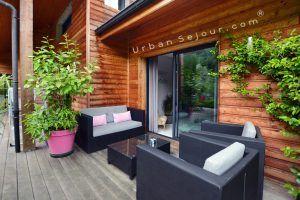 ecully-location-la-grande-villa-en-bois-terrasse-coin-canape