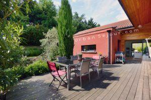 ecully-location-la-grande-villa-en-bois-terrasse-coin-repas-a