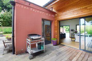 ecully-location-la-grande-villa-en-bois-terrasse-coin-repas-b