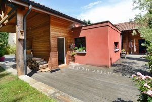 ecully-location-la-grande-villa-en-bois-terrasse-entree