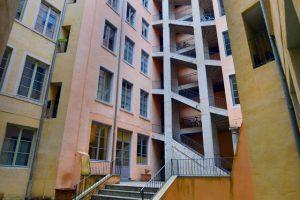 lyon-2-location-saint-polycarpe-cour-interieur