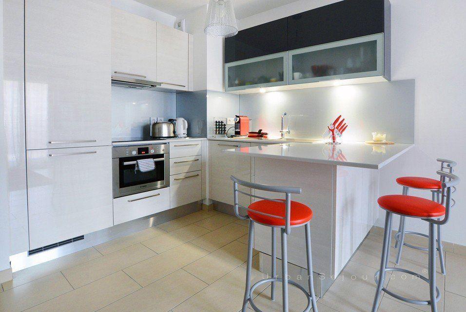 Location appartement meubl avec 2 chambres et parking for Table cuisine americaine